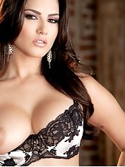 Sunny Leone offers a world class performance in this this hot solo scene, she knows how to enjoy her perfect body and reaches for the most intense org